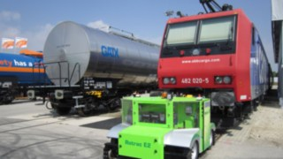 ROTRAC E2 by Zwiehoff with Linde eMotion electric drive, pictured in front of a train