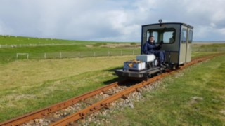 Narrow-gage railway with Linde eMotion drive on the Halligen Islands